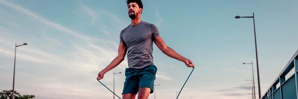 Rutinas de ejercicio para hacer en casa saltar a la cuerda